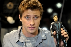 134738_garrett-hedlund-gives-a-smile-at-disneys-tron-legacy-booth-during-comic-con-2010-at-san-diego-conven
